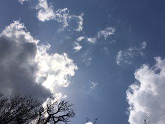 青い空、白い雲、陰る太陽