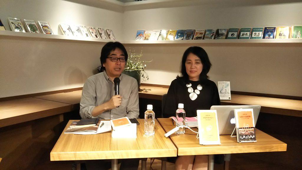 神保町ブックセンターにて菅谷明子氏(右)と仲俣暁生氏(左)